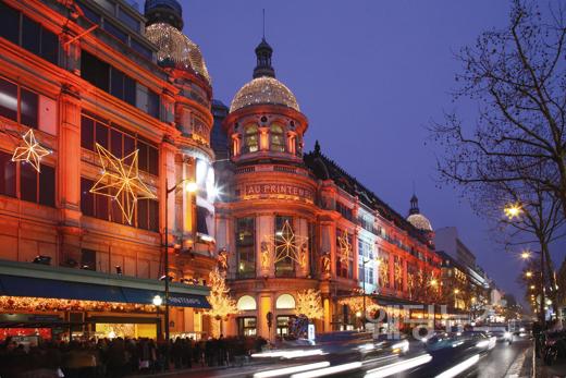크리스마스를 맞아 건물마다 노엘 장식으로 꾸며 놓은 파리 거리의 모습. ⓒ프랑스관광청