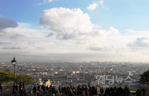 몽마르뜨 언덕의 꼭대기에 있는 사크레쾨르 대성당에서 바라본 파리의 풍경. ⓒ베이비뉴스
