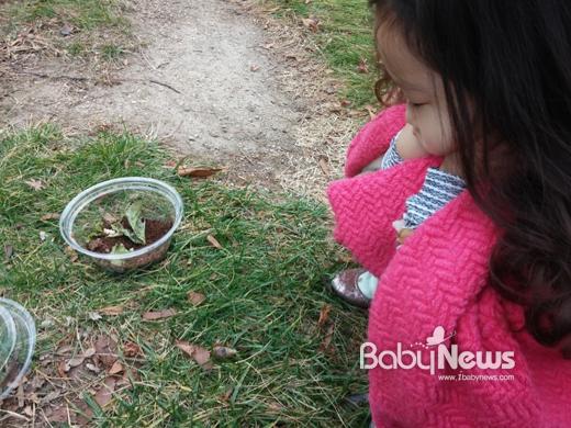 아빠와 딸이 달팽이가 언제 나올까 지켜봅니다. ⓒ권성욱