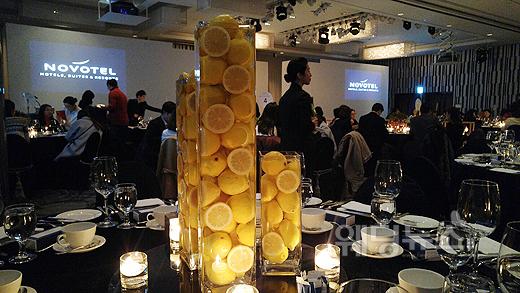 노보텔 앰배서더 서울 강남이 이번 2016 SS 웨딩페어 'The S Wedding Fair'에서 레몬, 토마토, 라임 등 진짜 과일과 촛불을 함께 세팅한 감각적인 컬러플 오브제를 선보여 참가자들의 눈길을 사로잡았다. ⓒ베이비뉴스