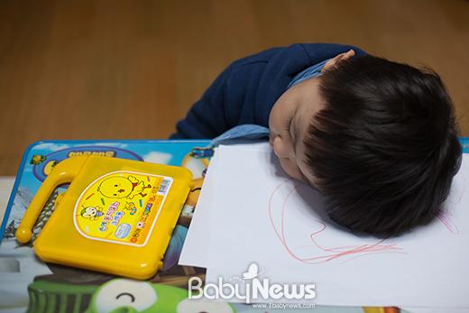 스케치북에 선 몇개를 그리다 잠이 들어버린 놀자. ⓒ양희석