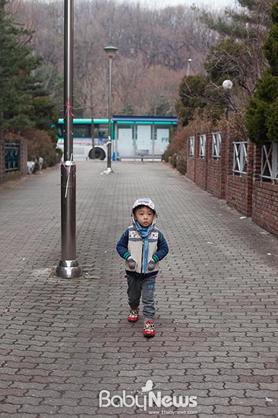 아침 등원길, 놀자는 씩씩하게 버스를 타고 새로 다니기 시작한 유치원으로 향한다. ⓒ양희석