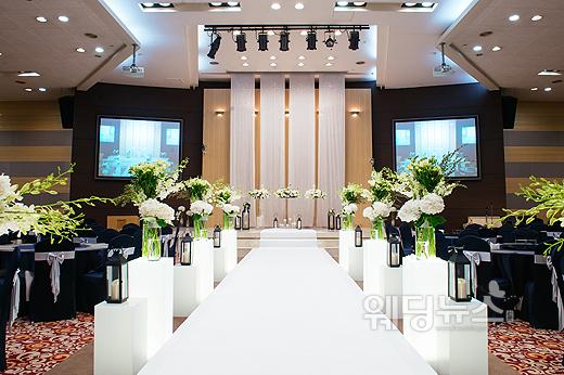 7m 이상의 높은 천고와 화사한 LED 조명으로 꾸며 드라마틱한 공간으로 구성했다. ⓒ그라치아 웨딩컨벤션
