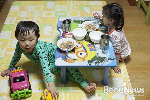 어린이집 하원후 늦게 퇴근하는 엄마·아빠를 기다리며 우리집에서 저녁밥을 먹는 놀자와 놀자의 친구. ⓒ양희석