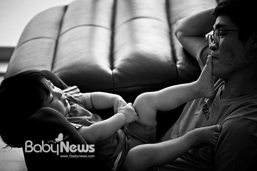 아이 아빠 김한웅(가명) 씨가장난을 치는 민지에게맞장구를 치듯 입술로 장난을 받아주고 있다. 이기태 기자 ⓒ 베이비뉴스