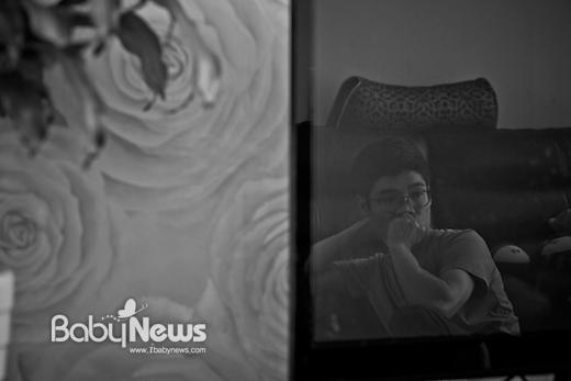 민지가 방에서 잠시 놀고 있는 사이, 전원이 꺼진 텔레비전 화면 속에 투영된 아빠 김한웅 씨. 김 씨는 2013년부터 광장공포증 및 공황장애를 앓고 있다. 이기태 기자 ⓒ 베이비뉴스