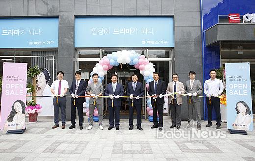 에몬스가 서울 송파동에 송파 전시장을 오픈했다. 사진은 지난 15일송파 전시장 오픈식에서 김경수 회장(좌측 네 번째)을 비롯한에몬스관계자들이세리모니를 하는 모습. ⓒ에몬스