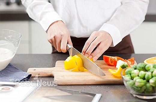 인간이 본능적으로 좋아하는 맛은 단맛과 짠맛이다. 쓴맛과 신맛은 본능적으로 싫어하기 때문에 후천적으로 반복 학습을 시켜 거부감을 줄여줘야 잘 먹을 수 있게 된다. 이유식 시기에는 쓴맛과 신맛을 학습할 수 있는 채소를 먼저 익숙하게 해준 후 단맛과 짠맛을 학습시켜야 편식을 막을 수 있다. ⓒ베이비뉴스