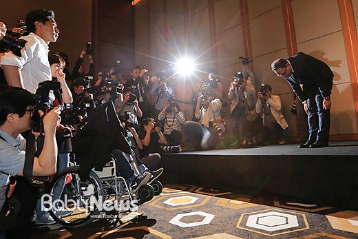 옥시레킷벤키저 한국법인 아타 울라시드 사프달 대표가 지난 5월 2일 오전 서울 여의도 콘래드호텔 그랜드볼룸에서 가습기살균제 사태와 관련 기자회견을 하던 중 가습기살균제 피해자를 향해 고개를 숙여 인사를 하고 있다. 이기태 기자 ⓒ 베이비뉴스
