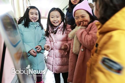 11일 오후 서울 마포 염리초등학교 2017학년도 입학생 예비소집 입학 등록처에서 입학 등록을 마친 예비 초등학생 아이들이 복도에 까르륵 까르륵거리며 이야기꽃을 피우다 카메라를 보며 화들짝 웃고 있다. 이기태 기자 ⓒ베이비뉴스