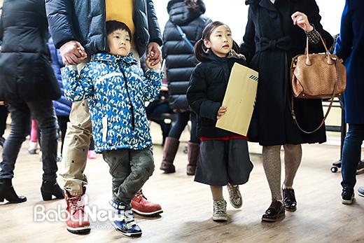 11일 오후 서울 마포 염리초등학교 2017학년도 입학생 예비소집 입학 등록처에서 한 예비 초등학생이 아빠 손을 잡고 아빠에게 기댄 채 학교 소개 영상을 시청하고 있다. 이기태 기자 ⓒ베이비뉴스