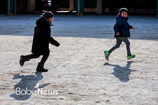 11일 오후 서울 마포 염리초등학교에서 2017학년도 입학생 예비소집 입학 등록을 마친 아이들이 학교 운동장에서 뛰놀고 있다. 이기태 기자 ⓒ베이비뉴스