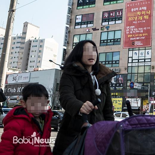 25일 오후 경기도 용인의 한 중국어유치원 앞. 엄마와 아이가 걸어가고 있다. 이기태 기자 ⓒ베이비뉴스