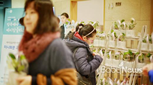 지난 21일 서울 강남구 파티오나인에서 열린 삼성화재 맘쏙케어22 예비맘클래스 현장. 참여한 모든 엄마들에게 아이 축복 메시지를 담은 미니화분을 전달했다. 이기태 기자 ⓒ베이비뉴스