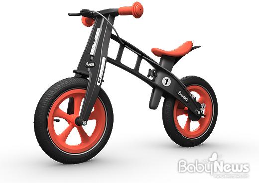 퍼스트바이크는 아이들이 페달 대신 발로 지면을 구르며 타는 유아자전거다. ⓒ퍼스트바이크
