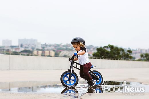 퍼스트바이크는 22개월부터 6~7세까지 무난하게 탈 수 있고, 아이가 스스로 조작하는 과정을 통해 균형감각, 운동신경, 자신감까지 향상시킬 수 있도록 설계된 게 특징이다. ⓒ퍼스트바이크