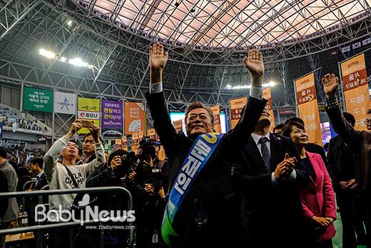 문재인 더불어민주당 후보는 3일 서울 고척돔에서 열린 더불어민주당 수도권·강원·제주 경선 대회에서 최종 후보자로 확정됐다. 문 후보는