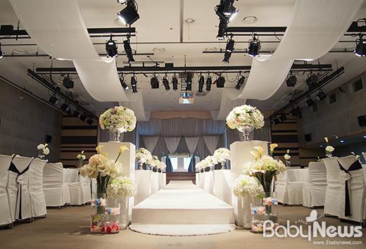 높아지는 결혼식 비용으로 부담을 느끼는 예비부부들을 위해 서울시의 대표적인 공공기관 웨딩홀인 서울여성플라자 웨딩홀이 초저가 웨딩 패키지를 선보인다. ⓒ서울여성플라자