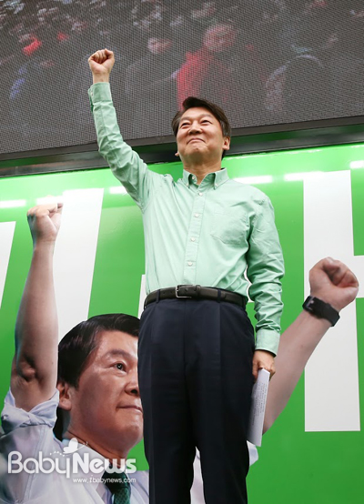 안철수 국민의당 대선 후보가 17일 오전 광화문역 인근에서 출근길 유세를 하며 손을 들어 승리를 다짐하고 있다. 이기태 기자 ⓒ베이비뉴스