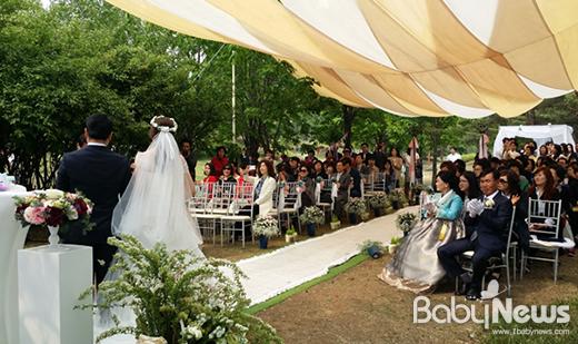 서울시(서부공원녹지사업소)는 올해 소풍결혼식 1호 커플 예식이 오는 22일 지구의 날 12시 월드컵공원(평화의 공원)에서 열린다고 21일 밝혔다. ⓒ서울시