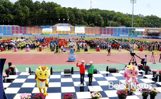 제57회 안동시민체육대축전에는 서울, 대구, 부산, 울산, 안산, 도청 등 전국 각지의 안동향우회가 참가해 펀치볼 릴레이 경기를 펼쳤다. ⓒ안동시