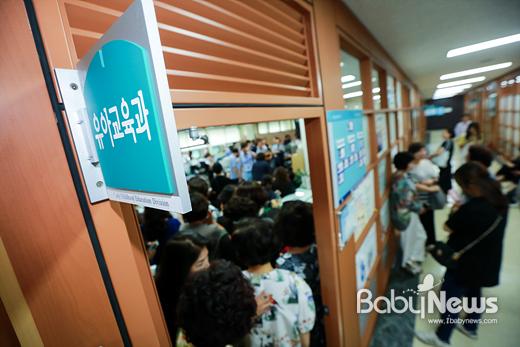 한국유치원총연합회 회원 600여 명은 25일 오후 서울시교육청 유아교육과를 점거하고 실무자면담을 요구했다.최대성 기자 ⓒ베이비뉴스