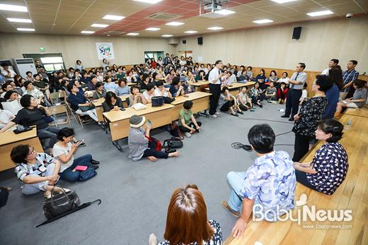 한국유치원총연합회 회원 600여 명은 25일 오후 서울시교육청학교보건진흥원 2층 강당에서서울시교육청 유아교육과 정혜손 과장과 면담을 가졌다. 최대성 기자 ⓒ베이비뉴스