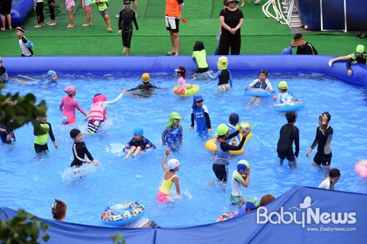 중랑구 망우 초등학교에 27일 이동식 물놀이장이 설치돼 어린이들이 물놀이를 즐겼다. ⓒ중랑구
