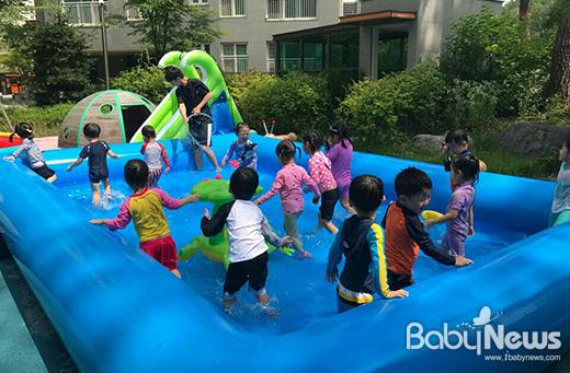 서울 서초구는 다음달 1일부터 어린이집 주변에 에어 바운스 물놀이 시설을 대여하는 우리동네 어린이집 수영장 사업을 8월말까지 진행한다. ⓒ서초구