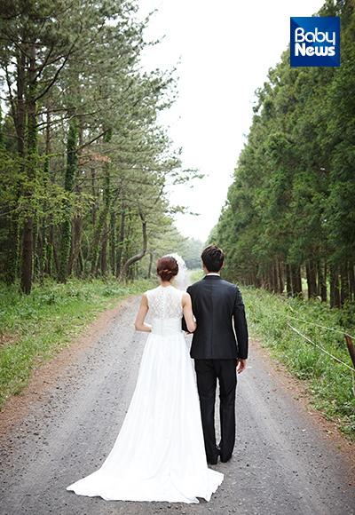 20·30대 남녀 대부분이 과다한 혼수·예물·예단과 다른 사람의 시선을 지나치게 의식하는 결혼식 등 우리 사회의 결혼문화에 문제가 있다고 인식하는 것으로 나타났다. ⓒ베이비뉴스
