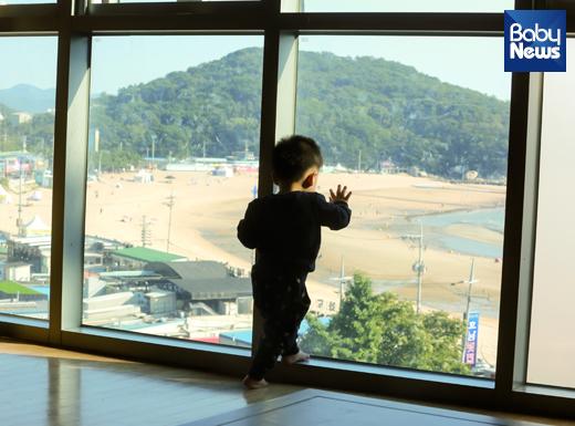 정신 없이 뛰어 다니다가 잠시 바깥 풍경에 시선을 뺏긴 21개월 남자 아이의 뒷모습. 최대성 기자 ⓒ베이비뉴스
