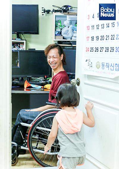 24일 오전 서울 동작구 노량진동 모경훈(42) 씨의 자택. 딸의 미소에 모 씨가 환하게 웃고 있다. 최대성 기자 ⓒ베이비뉴스