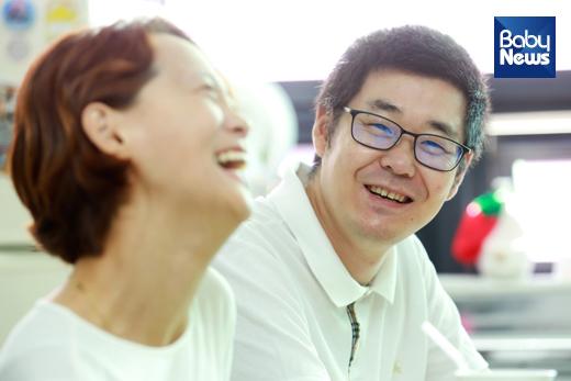 남편 최재선 씨는 김민정 씨의 뒤를 묵묵히 지켜주는 존재처럼 보였다. 두 사람이 웃을 때 나타나는 환한 미소는 보는 사람의 기분마저도 밝아지게 만들었다. 최대성 기자 ⓒ베이비뉴스