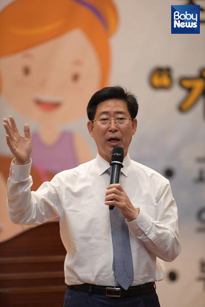 지난 10일 국회의원회관 대회의실에서 열린 '따뜻한 온도 연탄나눔 발대식'에서 양승조 국회의원의 특강이 열렸다. ⓒ베이비뉴스